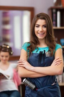 Sourire femme propriétaire de salon de coiffure