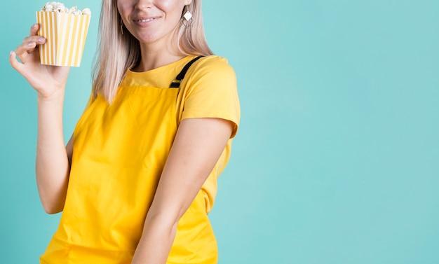 Sourire femme tenant espace copie pop-corn