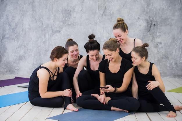 Sourire de femme yogi ayant une pause en classe