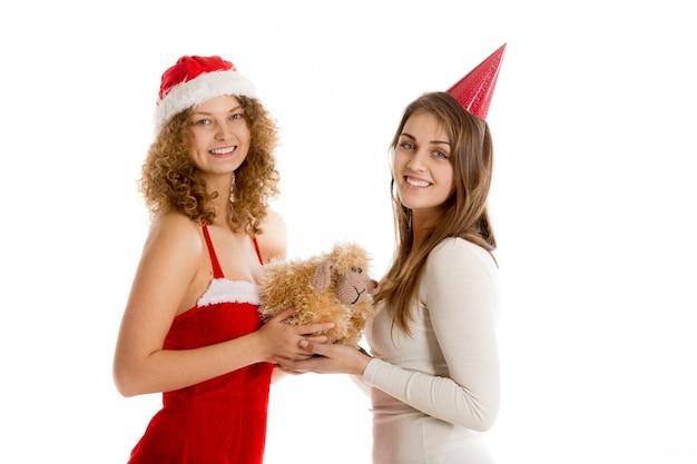 Sourire femmes tenant un jouet en peluche