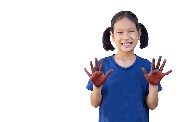 Sourire fille asiatique montre les mains avec de la peinture