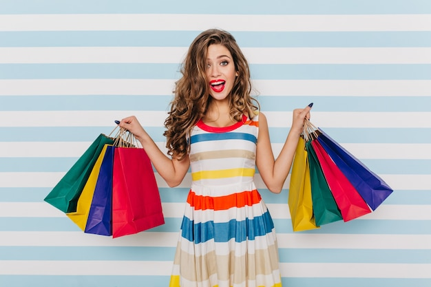 Sourire fille heureuse en robe lumineuse, acheter de nouveaux vêtements. portrait de femme merveilleuse s'amusant.