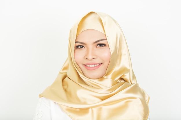 Sourire fille en hijab couvrant belle avec bonheur et couleur mur