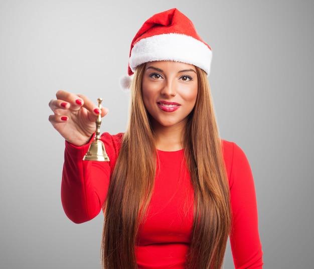 Sourire fille posant avec une cloche