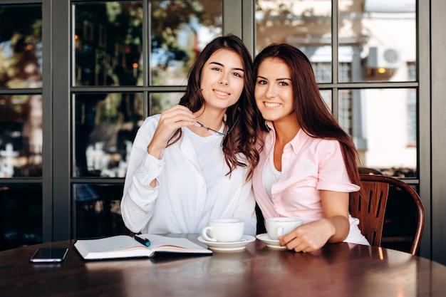 Sourire, filles, poser, café