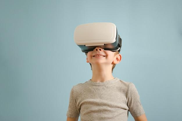 Sourire garçon avec des lunettes de réalité virtuelle