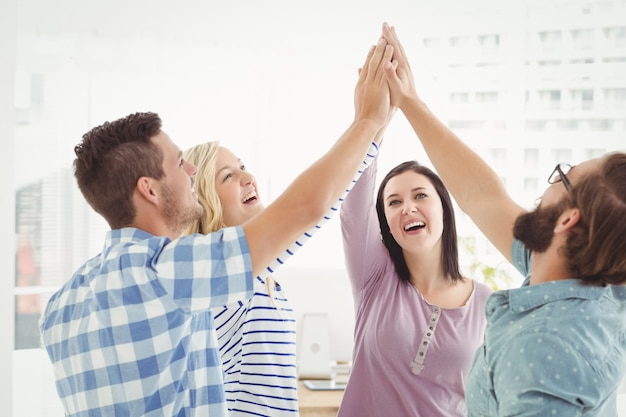 Sourire des gens d'affaires donnant cinq haut