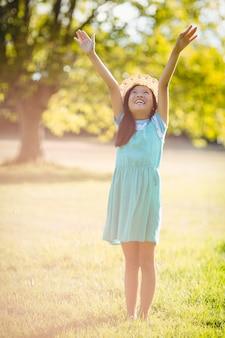 Sourire, girl, debout, bras, tendu, parc