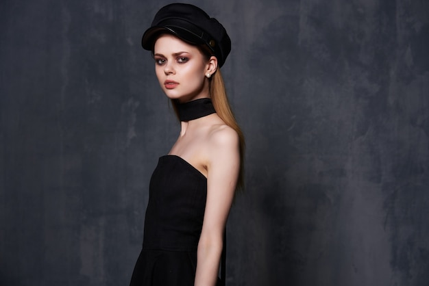 Sourire glamour femme maquillage lumineux cosmétiques vue recadrée studio