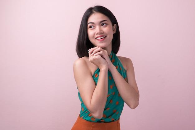 Sourire heureuse à la femme asiatique.