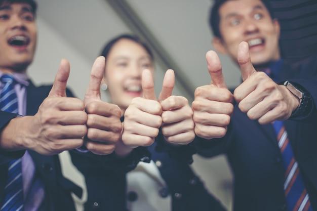 Sourire heureux business célébrant le succès achievement arm raised et montrer pouce levé concep