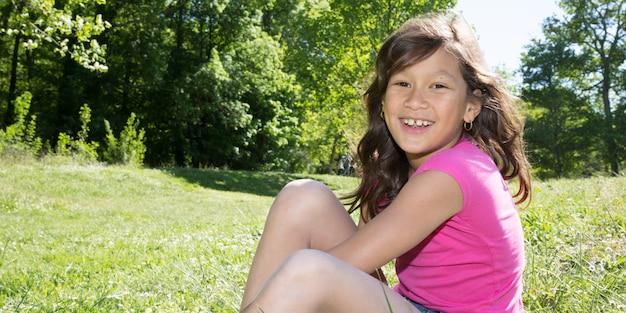 Sourire, heureux, girl, séance, herbe, jardin, parc