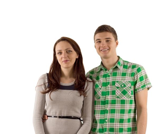 Sourire heureux jeune couple séduisant