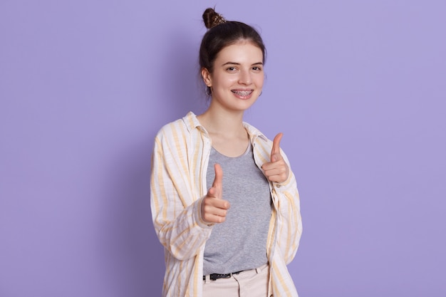 Sourire, heureux, jeune femme, pointage, appareil-photo, à, index