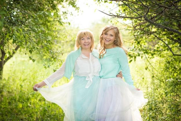 Sourire heureux mère senior caucasienne avec sa fille adulte étreindre