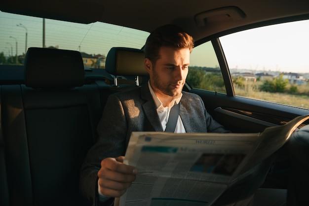 Sourire, homme affaires, lecture journal