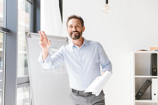 Sourire d'homme d'affaires salutation