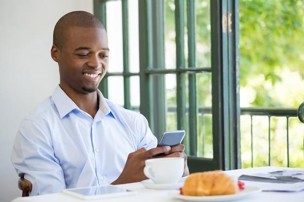 Sourire, homme affaires, tenue, téléphone portable, dans, restaurant
