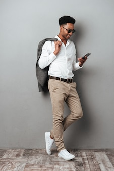 Sourire, homme africain, dans, lunettes soleil, tenue, veste, épaule