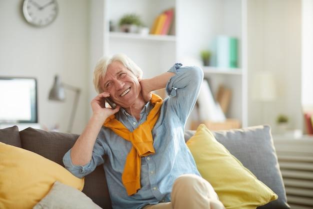 Sourire, homme aîné, parler téléphone, chez soi