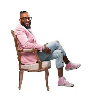 Sourire homme assis sur une chaise