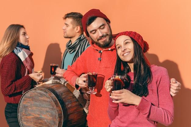 Sourire homme et femme européenne pendant la fête