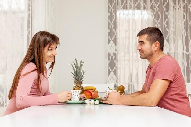 Sourire, homme femme, servir, thé