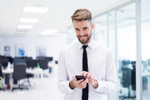 Sourire homme tapant sur un mobile
