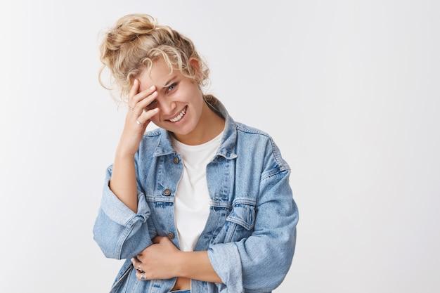 Sourire insouciant blonde jolie fille riant en rougissant à la recherche d'amour affectueux communiquer parler plaisanter rire à haute voix copain hillarious sens de l'humour, traîner, profiter d'un film comique