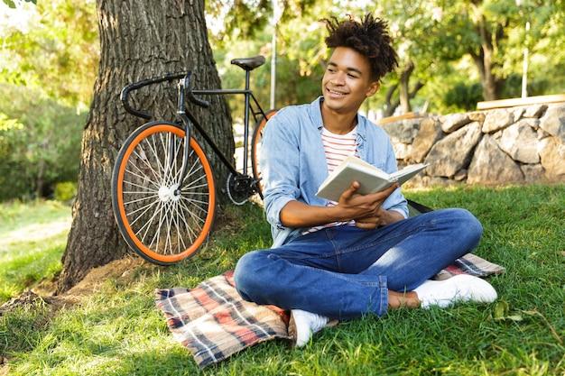 Sourire jeune adolescent avec sac à dos à l'extérieur