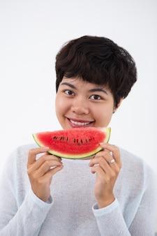 Sourire jeune asiatique femme tenant pastèque