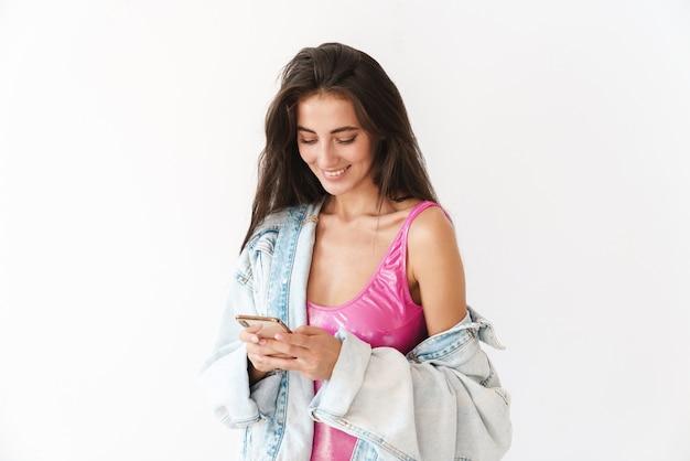 Sourire, jeune, brunette, femme, porter, maillot de bain, debout, isolé, blanc, utilisation, téléphone portable