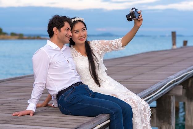 Sourire jeune couple faisant selfie