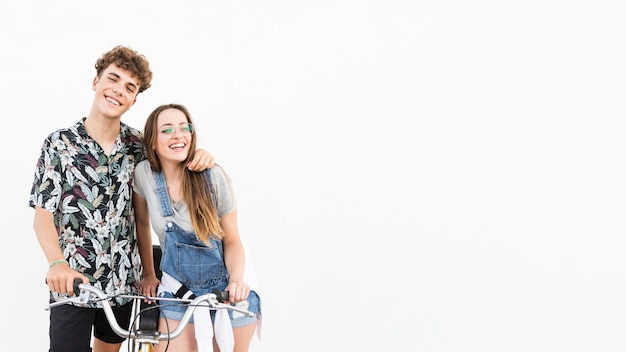 Sourire jeune couple à vélo sur fond blanc