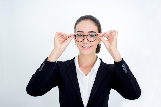 Sourire jeune femme d'affaires essayant des lunettes