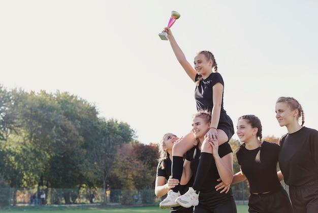Sourire de jeunes filles remportant un trophée