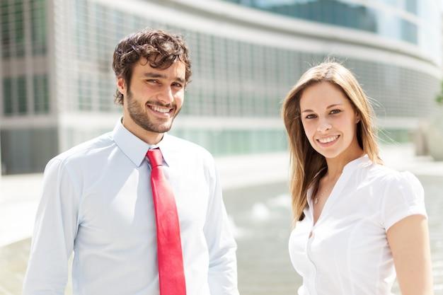 Sourire de jeunes gens d'affaires