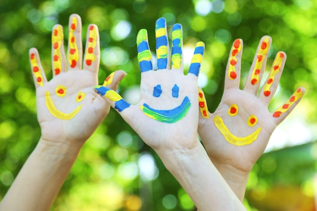 Sourire des mains colorées sur naturel