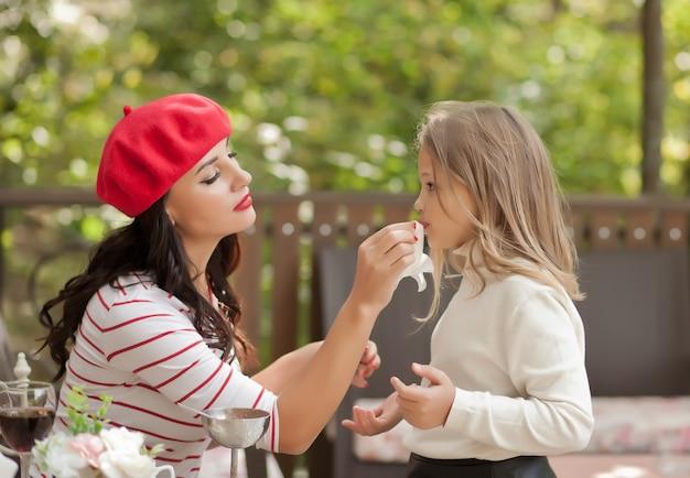 Sourire maman et petite fille mignonne au café
