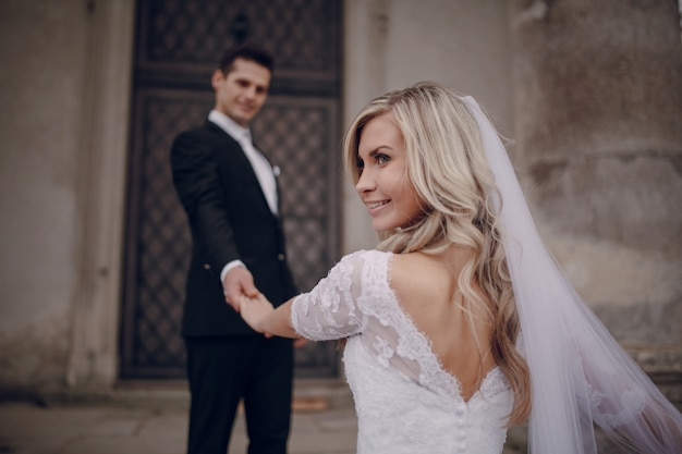 Sourire mariée donnant un coup d'oeil sur le côté