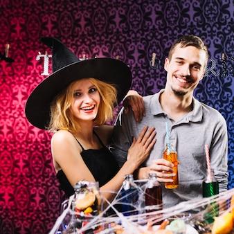 Sourire avec un mec embrassant la fête d'halloween