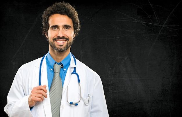 Sourire médecin sur un tableau