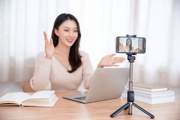 Sourire mignonne jeune femme asiatique blogueur enregistrement vidéo