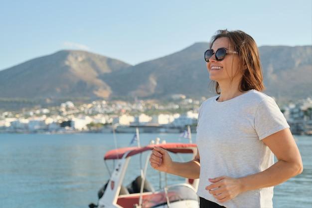 Sourire, mûrir, femme, courant, jogging, bord mer, promenade