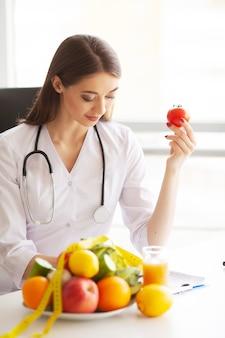 Sourire Nutritionniste Dans Son Bureau Photo Premium