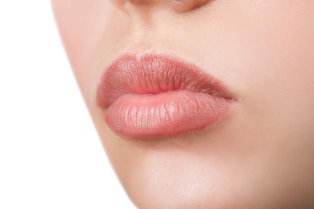 Sourire parfait. belles lèvres roses pleines. rouge à lèvres rose. lèvres brillantes. maquillage et cosmétiques