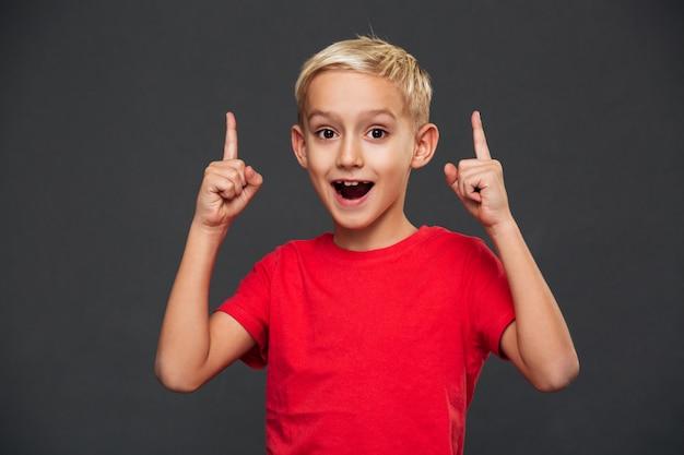 Sourire petit enfant garçon pointant.