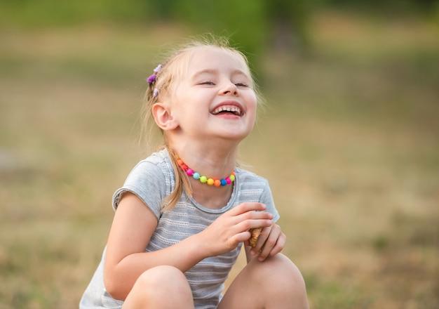 Sourire de petite fille dans un parc d'été