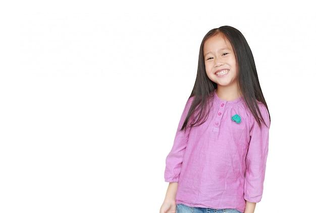Sourire de petite fille enfant asiatique isolée avec la surface. gosse heureux.