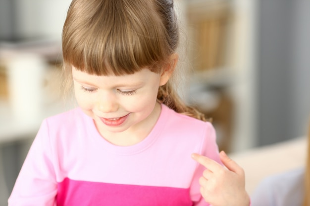 Sourire de petite fille faisant quelque chose d'intéressant tout en jouant